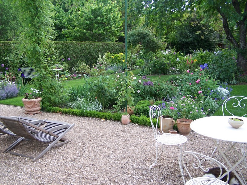 les arbres du voisinage semblent faire partie du jardin. Black Bedroom Furniture Sets. Home Design Ideas